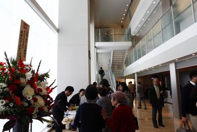 東京渋谷でメサイアを演奏したマヨラ・カナームス東京。東京ムジーククライスから花。