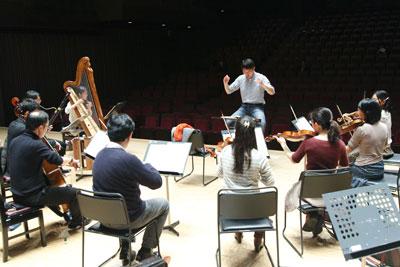 渡辺祐介氏とオーケストラ、ハープ